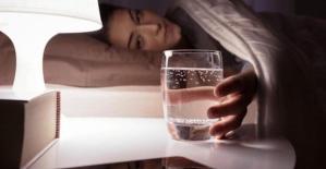 Gece uyumadan önce baş ucunuza neden su koymamalısınız?